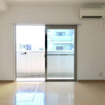 キッチンからの眺めです。明るさもしっかりありますよ。(※写真は14階の同間取り別部屋、清掃前のものです)