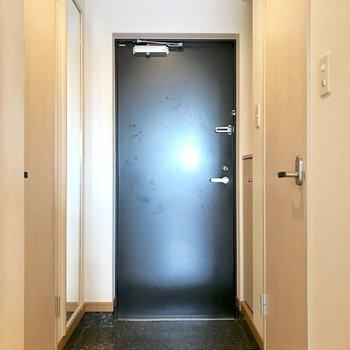玄関に姿見。(※写真は14階の同間取り別部屋、清掃前のものです)