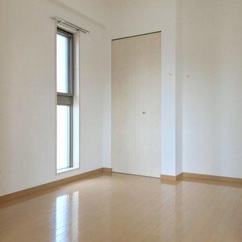 こちらが洋室。どーんっとベッドを。(※写真は14階の同間取り別部屋、清掃前のものです)