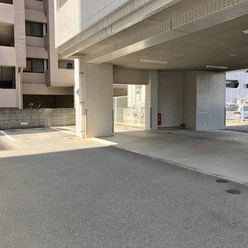 マンション1階部分に駐車場。