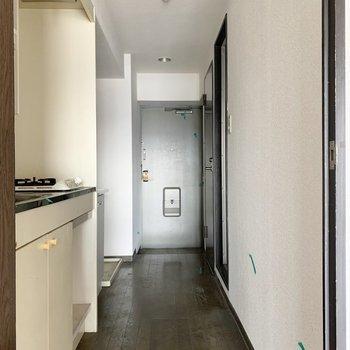 廊下側左手に手前からキッチン、独立洗面台、洗濯機置き場の並びで。(※写真は清掃前のものです)