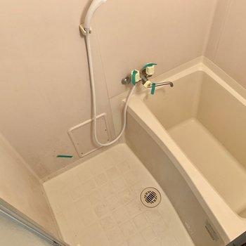 いたってシンプルなバスルーム。(※写真は清掃前のものです)