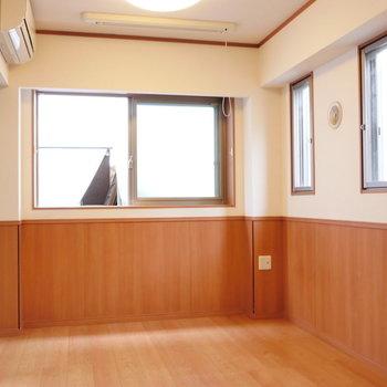 クロスと腰壁のバイカラーが素敵なお部屋。※写真は2階の同間取り別部屋のものです