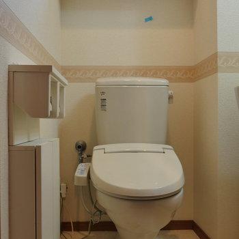 トイレには窓あります。※写真は2階の同間取り別部屋のものです