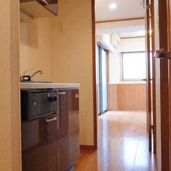 ドアを開いてキッチン。※写真は2階の同間取り別部屋のものです