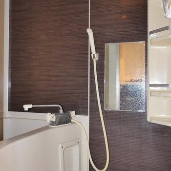 キッチンからお風呂へ。※写真は2階の同間取り別部屋のもの・フラッシュ撮影の写真です