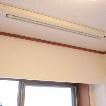 室内で洗濯物干せますよ。※写真は2階の同間取り別部屋のものです