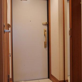 洗濯機置場は玄関にあります。※写真は2階の同間取り別部屋のものです