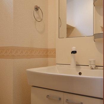 独立洗面台もトイレに!※写真は2階の同間取り別部屋のものです