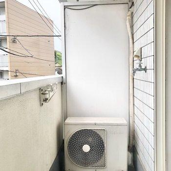 洗濯機置き場はベランダに。干す作業が楽チンですね。