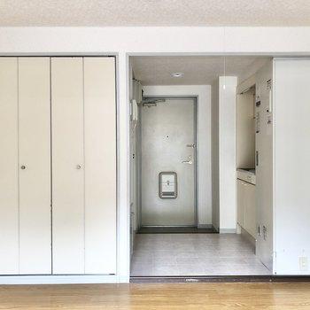 玄関からの視線が気になる方はキッチンと居室の間に突っ張り棒などでカーテンを付けると◎