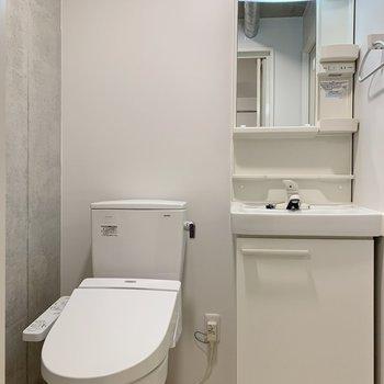 洗面台とトイレは隣り合っています。掃除やニオイ対策はこまめに!※写真は前回募集時のものです