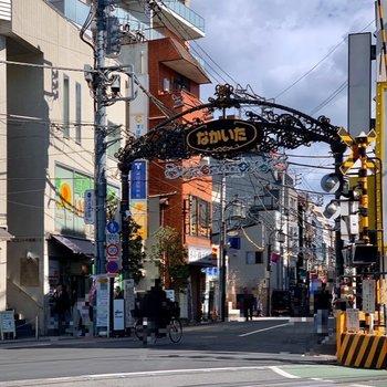 駅前には商店街が。帰りに寄ってみるのもいいですね。
