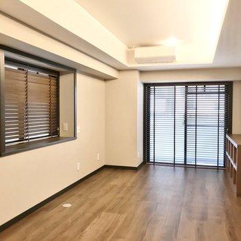 窓にはウッドブラインド付き。床の色によく似合います。