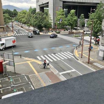 左側を向くと、ちらりと舞鶴公園が見えます。大通りが近いですが、窓を閉めると音はあまり気になりません。