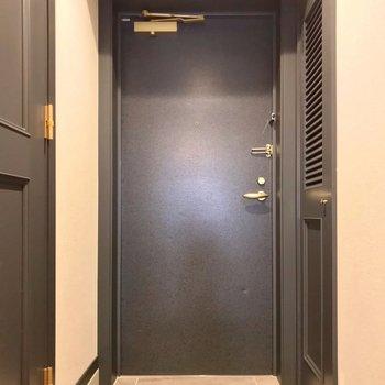 玄関はゆったりしています。傘立ても素敵なデザインのものを置きたい。