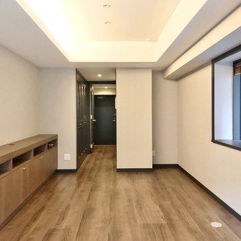 キッチンは左側の壁の裏にありますよ。