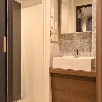 ホテルライクな洗面台が素敵。隣はシャワーブースです。