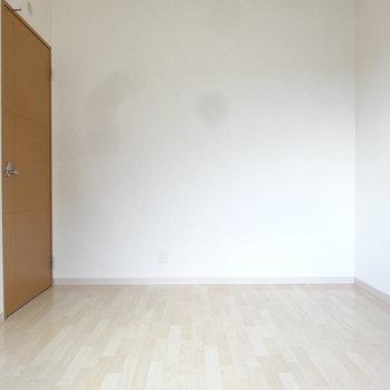 もう1つの洋室も明るいですよ。(※写真は2階の反転間取り別部屋のものです)
