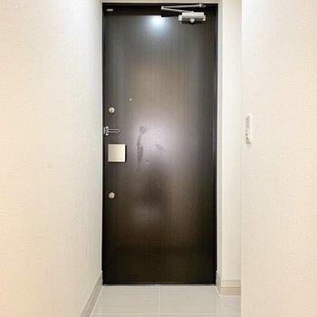 玄関もひろびろとしています。