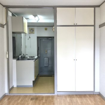 収納の扉も白で統一されています。