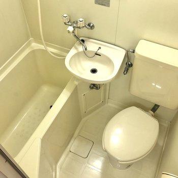 キッチンの反対側にはトイレ・浴室があります。