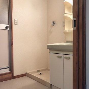 洗濯機置き場は洗面台のお隣に