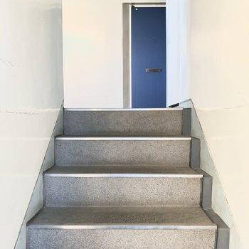 3階へは階段で上がります