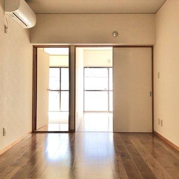 【DK】バルコニー側の窓から入ってくる光が届きます