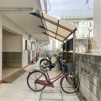 駐輪場は共用部奥にありました。