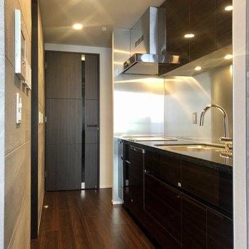 冷蔵庫はキッチンの奥側に置けます。