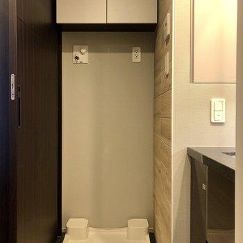 洗濯機置場の上には洗剤などを収納可能な棚付き。