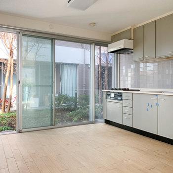 【LDK17帖】キッチンの左は共用部の中庭的空間。