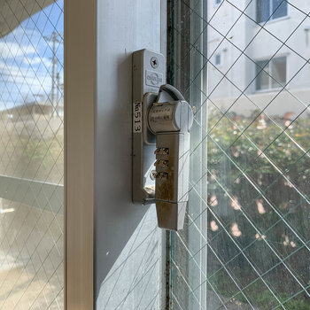 こちらの窓にはダイヤル錠が付いています。