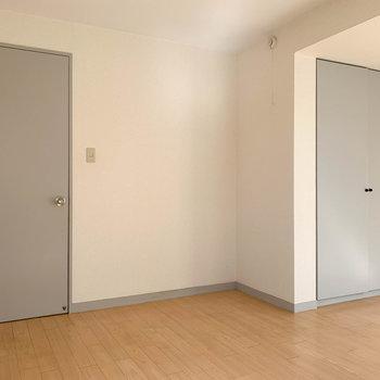【洋室8帖】左が扉、右が収納