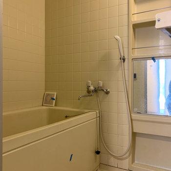 お風呂はシンプルな作り※写真はクリーニング前のものです