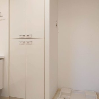 洗濯機横に収納があるのも嬉しい…タオルやパジャマをここに入れると良いですね。※写真は前回掲載時のものです