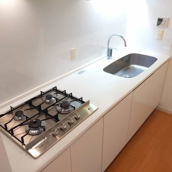 4口コンロとゆったり調理スペースで料理がらくらく。※写真は前回掲載時のものです