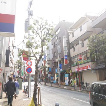 駅まで歩く途中の商店街は、沢山の飲食店やスーパー、カフェがずらり。