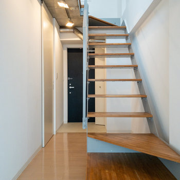 お次は階段を登って洋室へ。