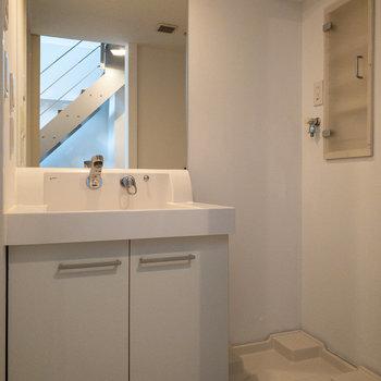下に降りて、サニタリーへ。洗濯機置き場の上には棚が。これは嬉しいですね。