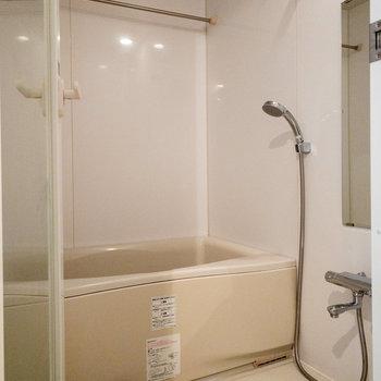そして左にはお風呂。お風呂のドアはクリアな素材でした。