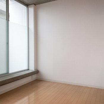 【LDK】窓ガラスは人目を避けつつ、光を優しく取り込む素材に。
