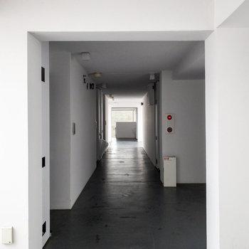 共用部は静かで美術館のようでした。