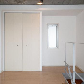 【洋室】振り返ると、収納、そして小窓。