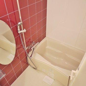 水まわりは、赤で統一。※写真は、同じタイプの1303号室。