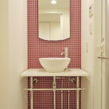 まんまるの洗面台がかわいい。※写真は、同じタイプの1303号室。