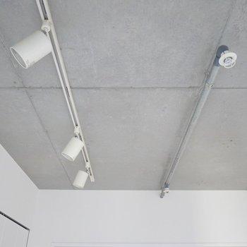ダウンライトとコンクリート打ちっぱなし。※写真は、同じタイプの1303号室。