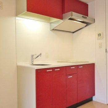 かっこいい赤のデザイン。※写真は、同じタイプの1303号室。