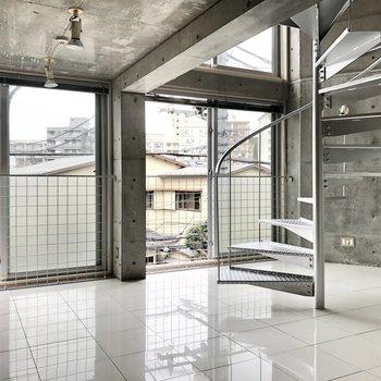 【LDK】コンクリートのクールな空間が広がります。